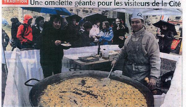 """Vue sur la presse """"l'omellette géante de la fête du Pays"""""""